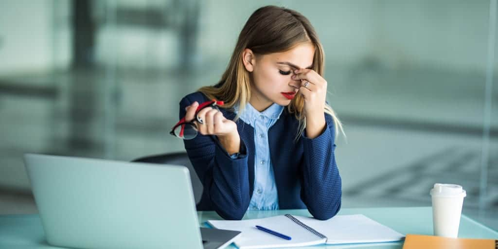 rientro in ufficio dopo le ferie donna stressata